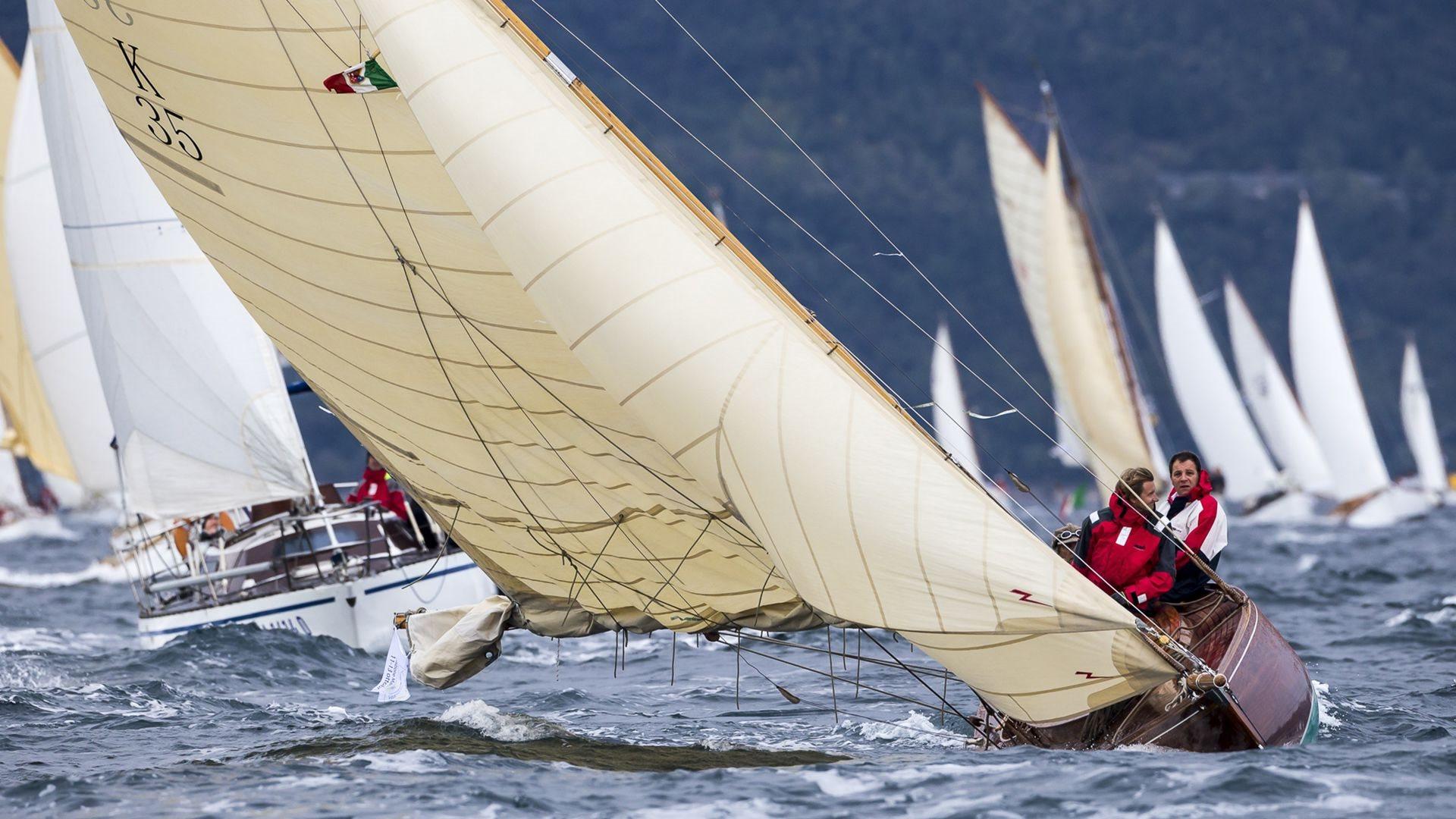 Le barche di una volta, scafi in legno e vele bianche