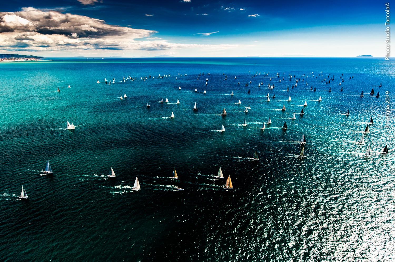 si aprono le iscrizioni alla 151 miglia 2020 - panoramica della partenza della regata