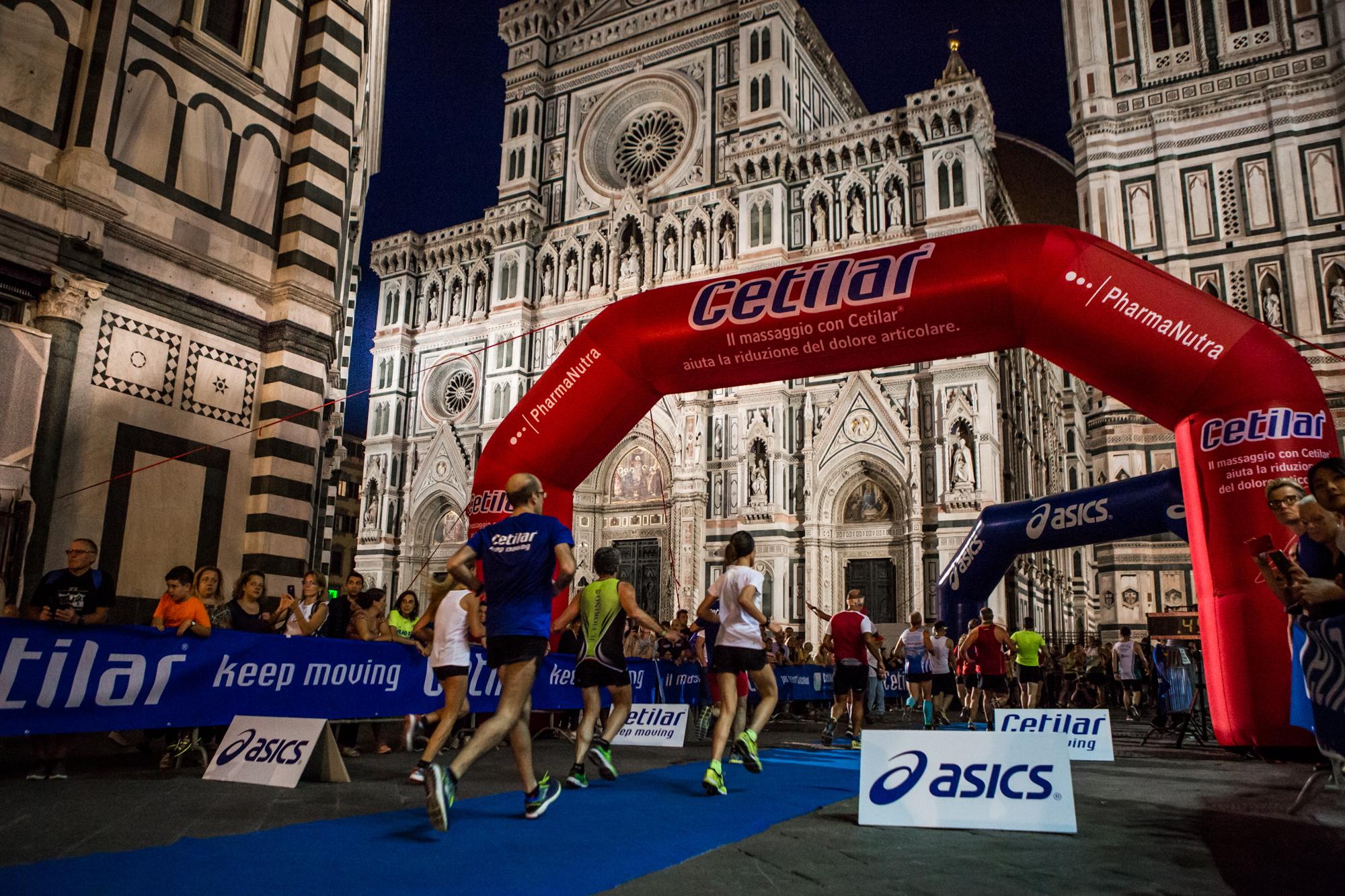 arrivo runner alla cetilar run notturna di san giovanni 2020 in piazza santa maria del fiore a Firenze